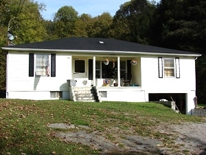102 Woodlawn Avenue, Williamsburg, KY  3 bedroom |1 bath home offers an eat-in kitchen $67,000